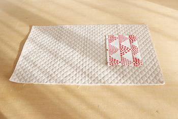 次に、ポケットを作って裏地のキルティング生地に縫い付けましょう。あとで布を返すと、内ポケットになるわけです。