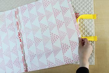 あとは、裏のキルティング地に表布本体を合わせて上下の部分を縫い、さらに脇を縫っていきます。脇の縫い方の詳細は、以下のリンク先に紹介されていますので、そちらをご参照ください。