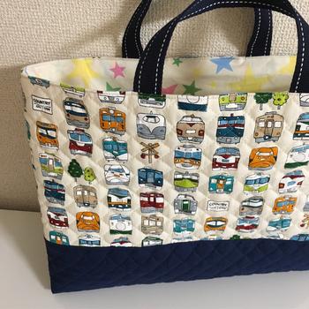 乗り物好きの男の子なら、ぜひ乗り物柄の生地を探してみてはいかがでしょう。こちらは、裏地にも柄を使い、持っていてうれしくなる通園・通学バッグに仕上げています。