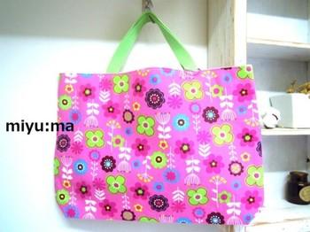 鮮やかなピンクとグリーンで、とびきり元気なバッグに!持ってるだけで気持ちが明るくなりそうですね。花柄は、女の子にはやはりはずせない定番デザイン。