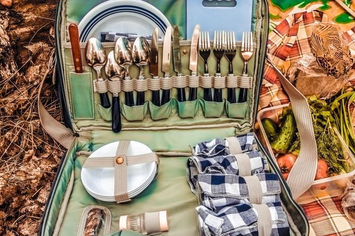 外での本格的な食事を楽しむならお皿やカトラリーが収納できるバッグが必要ですね。バラバラになりがちなカトラリーも、スマートに持ち歩きができます。