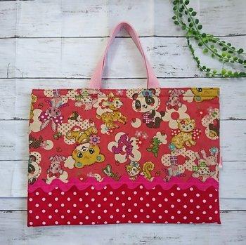 人気のレトロアニマル柄の通園・通学・レッスンバッグ。赤いドットも可愛いですね。小さい頃にしか持てない、とびきり可愛いデザインも、女の子はうれしいのでは?思い出に残るファーストバッグになりそうですね。
