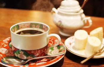 コーヒーはお客さんの好みに合わせて、濃さや味わいを調節して丁寧に淹れてくれます。バナナのはちみつ掛けはサービス。とろりとしたはちみつバナナの濃厚な味がコーヒーによく合います。
