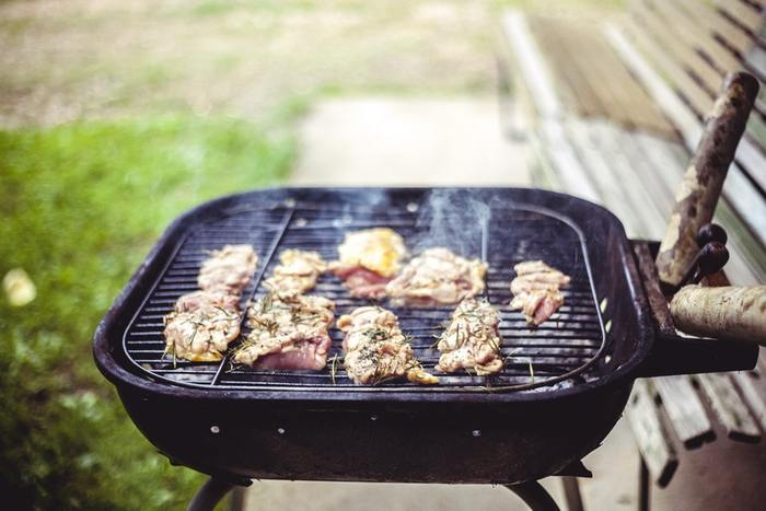 食事にポイントをおいたピクニックにするならバーベキューも一緒に楽しみましょう。パンやフルーツだけでは物足りないという方もこれなら大満足ですよね。
