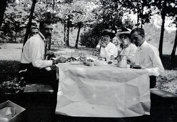貴族たちが外でもきちんとした料理を楽しむ。これがピクニックの始まりという説があるようですね。青空のもとであってもテーブルを広げてきちんと食事の形式がとられています。