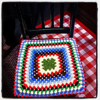 こちらは、グラニースクエアの座布団になります。四角いモチーフ編み全般をこの名前で呼ぶことがありますが、グラニーは「おばぁちゃんの~」という意味なんですって。昔から馴染みのある基本のスクエアモチーフの編み方で、ほっこりとした魅力があります。