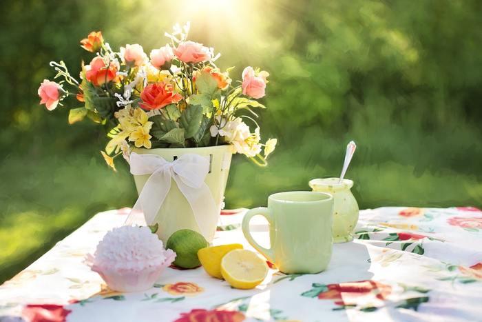 ピクニックにお花を飾るアイディアが素敵ですよね。テーブル周りがとても華やかに彩られます。