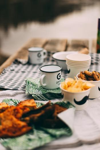 食器ではなく紙コップやペーパーナプキンなどのペーパーアイテムを活用すると、割れる心配がいらない上にカラフルにピクニックが楽しめます。