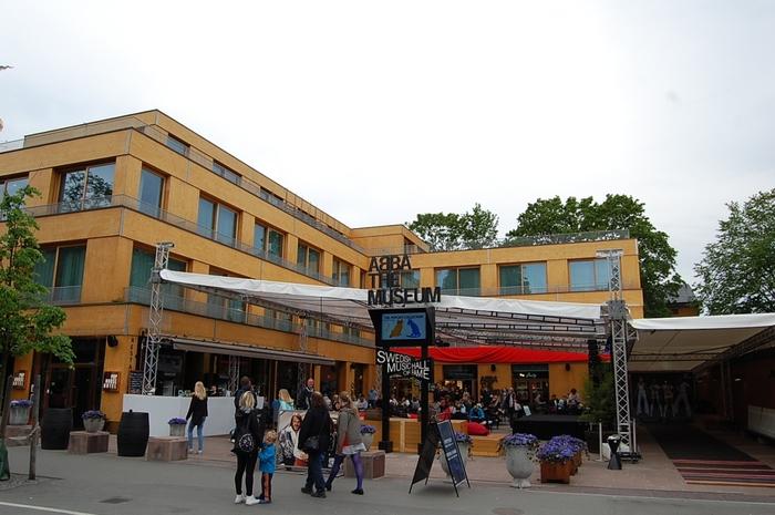 スウェーデン、ストックホルムには2013年にABBAミュージアムが完成。ABBAのメンバーの1人、 Benny Anderssonsが経営しているホテルなどもあり、1982年に活動を休止してからは音楽活動は活発には行っていないにもかかわらず、ストックホルムではもっとも身近なアーティストとなっています。