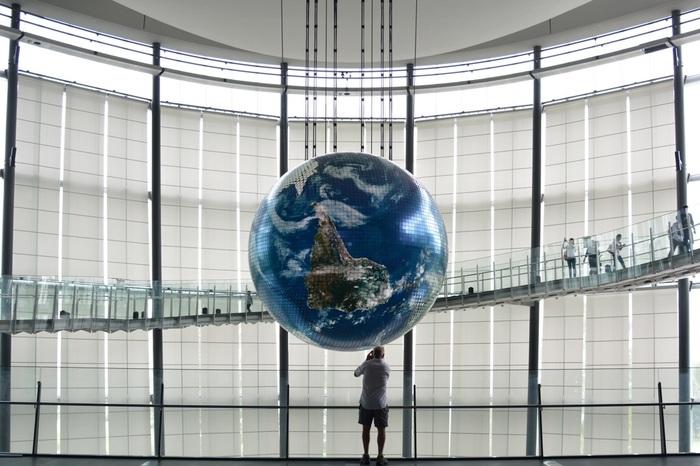 日本科学未来館のシンボル「ジオ・コスモス」は、宇宙からみえる美しい地球の姿を映し出しています。それ以外にも、ドイツのメディア・アーティストによる地球のさまざまな側面を描き出す「ワールドプロセッサー」や、CGと音響による「軌跡」など、地球を多角的に見ることができるプログラムも上映。