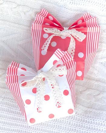 セリアの100円紙袋も、アイデア一つでこんなに可愛らしいラッピングに。 じゃばら状に折り曲げた口部分とレースリのボンで、女の子に贈る友チョコにピッタリですね。