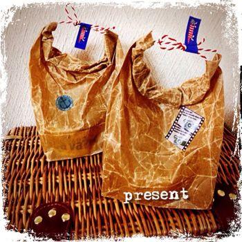 マチ付きのワックスペーパーバッグは、シワの味わいが魅力。麻ひもを通してハンドバッグみたいにしたら、仕上げはマスキングテープで可愛くアクセント。