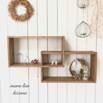 飾り棚にもなる壁掛けシェルフもおしゃれ。ワイン木箱を半分に切って、写真の棚のように組み合わせるのもいいアイデアです。