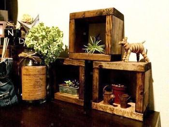 こちらは、アンティーク風の木のディスプレイボックス。ワイン木箱にアイティーク仕上げを施し、ただ積み上げるだけでも素敵な雰囲気になりそうですね。