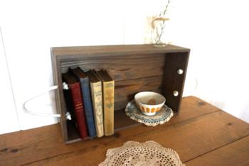 小ぶりなワイン木箱は、デスクの上に写真のように置いて、本棚や飾り棚のように使えます。両端についた持ち手のロープもいいアクセント。棚として使わないときは、入れ物として収納に役立ちます。