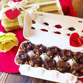 一風変わった卵ケースを使ったラッピング。そのアイデア力に贈った相手も喜んでくれるはず♪トリュフ型のチョコや丸いクッキーなど、ラッピングしにくいスイーツにいかがですか?
