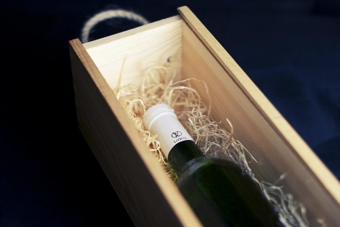 ワインボックスには、12本入りや6本入りをはじめ、ギフト用の1本入りや2本ペア用のものもあります。それぞれにいろいろな面白いDIYの発想が生まれそうですね。まずはワイン木箱を使って簡単にできる加工のDIYを5つご紹介します。
