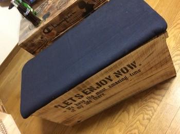 こちらは、りんご箱を再利用したベンチ。丈夫で高さのあるワイン木箱でも代用できそうですね。スポンジを詰めて、デニム生地で覆った天板をのせて。おまけに、ベンチの中は収納量たっぷりなのもうれしい!