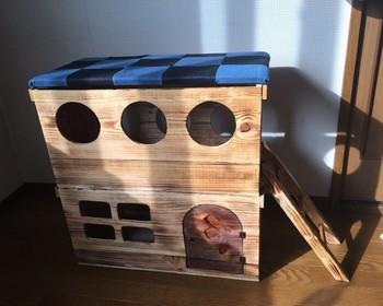りんご箱を使った2階建ての猫ハウス。窓や穴、はしごなど猫ちゃんが喜びそうな構造になっています。ワイン木箱でもいい感じになりそうですね。