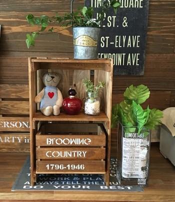 子供部屋の整理に便利な2段ラック。下の段には、サイズの小さめな木箱をはめ込んで細かなものを収納できるようにしています。上の段は、写真のようにデイスプレイ棚にするのも可愛い!