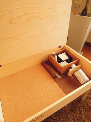 木箱の中には、コットンや綿棒、お化粧ブラシなど細かいものを整理整頓して入れておくと、一目瞭然で忙しい朝などにも便利ですね。