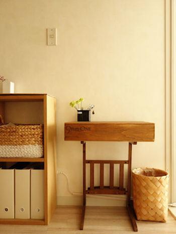 ダイニングのちょっとしたスペースに置きたいサイドテーブル。高さの低いワイン木箱を使っています。フタつきなので、見た目もすっきりしていますし、上に小物など飾れるのもいいですね。
