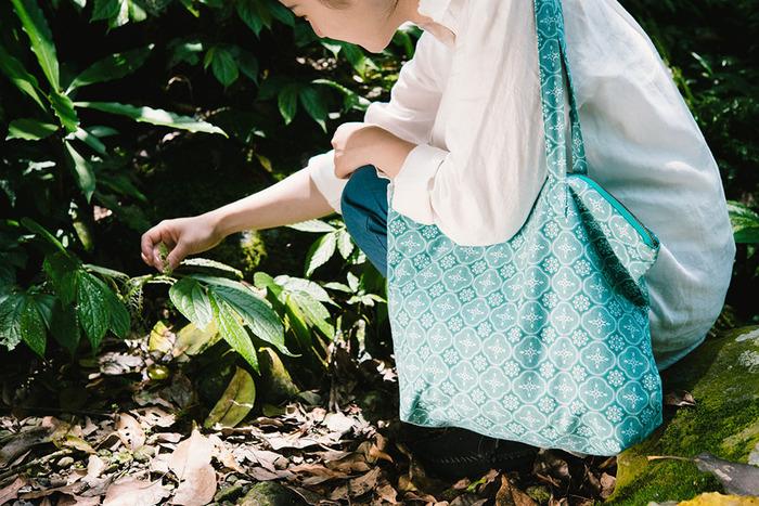 「inBlooom 印花楽」は2008年、高校時代の同級生だった、3人の台湾人女性デザイナーによって設立されました。規則的なパターンとシンプルな線が織り成す、スタイリッシュなデザインが特徴的。しかしそのパターンをよく見ると、台湾の自然の風景や歴史ある街並みなどがモチーフにされていて、台湾を想う気持ちが感じ取れます。