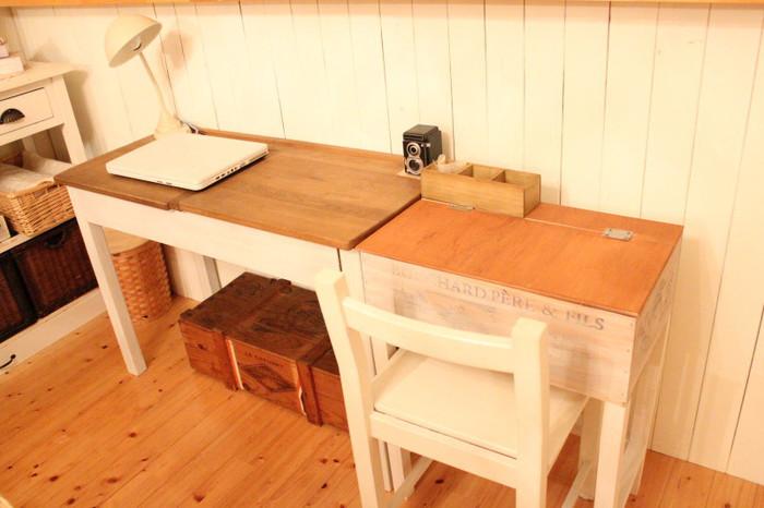 お子さんがダイニングで宿題をするときなどに便利な、ワイン木箱を使ったデスク(右側)。元々あるデスクと高さを合わせ、ツインデスクにしています。