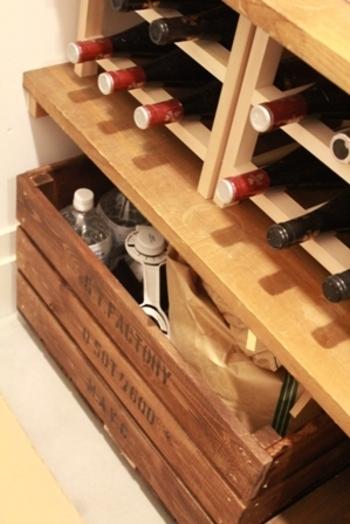暮らしの基本になるお水とお米ですが、しまう場所に困るのも事実。写真のように、ワイン木箱に収納すれば、ごちゃごちゃせずにまとまりますね。キャスターを付ければ、棚の下においても出し入れ便利。