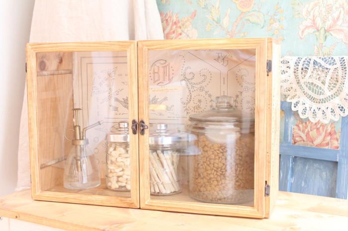 雑貨屋さんにあるような素敵なガラスの扉付き収納。じつは、ワインの木箱にA4のフォトフレームを2枚付けただけなんです。驚きのアイデアですね♪背面におしゃれなペーパーを貼ってデザイン性を高めています。