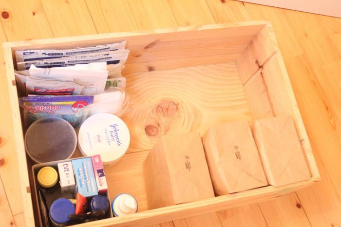 木箱の中には、生活用品などを仕分けして収納。薬箱などとしてすぐに取り出せるようにしたり、必需品・ストック品を整理して入れておくと便利ですね。