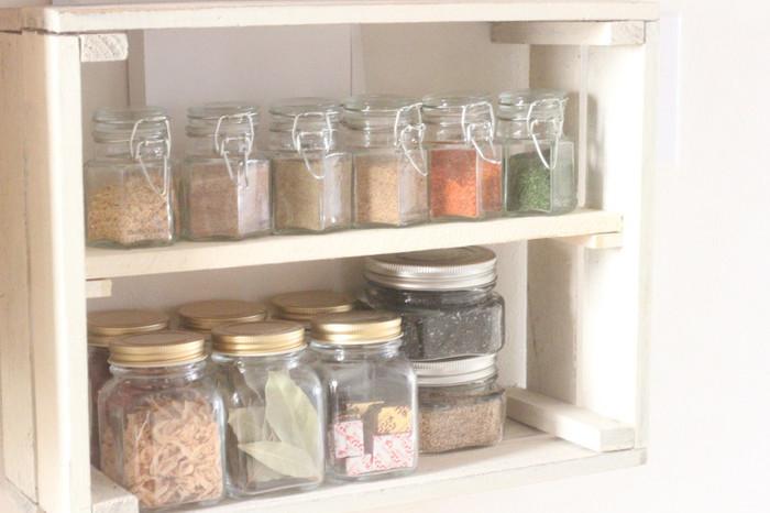 調味料やスパイス類も、こんなすっきりとまとめて。同じ容器でそろえるのも美しく見せるコツですね。毎日のキッチンライフが楽しくなりそう♪