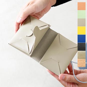 イロセを代表するのが、シームレスシリーズ。一見シンプルに見えますが、職人さんの技が光る手の込んだお財布です。  素材には、厚めのカウレザーを使用しており、耐久性もバツグン◎4つのポケットが付いていて、お札やコイン、カード類も別々に収納できます。くるりとゴムバンドで留めるタイプなので、安心&コンパクトなうえに、おしゃれにまとまります。