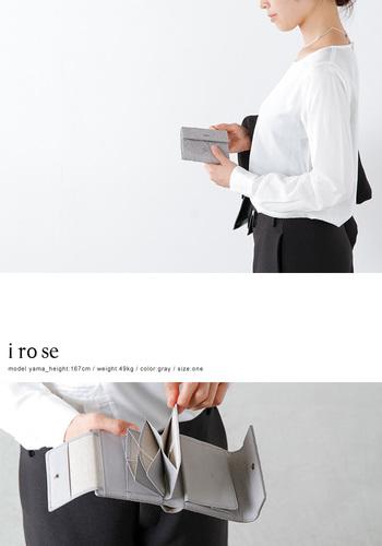 カードホルダーは、イロセならではの立体構築されたタイプ。見た目が美しいだけでなく、カード類を取り出しやすいのもメリットです。二つ折り財布ながら、コインケースが大きいのも嬉しいポイントです。