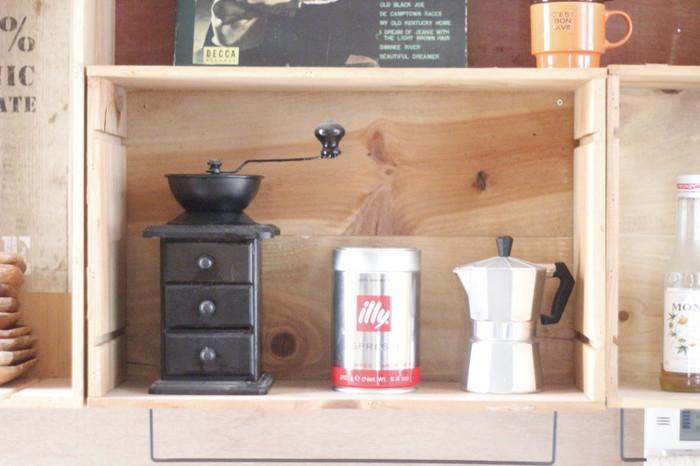 コーヒーグッズを置いたワインの木箱。置いてあるだけでもインテリアのようなおしゃれさがありますね。安全性を考慮して、直にビスを打っているとか。