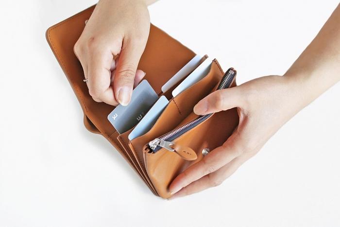 お札やコインは独立して収めることができ、いずれも深めに作られているため余裕があります。カード類を収納するために、計8か所のポケットが設けられています。縦の収納部分は、浅めの作りになっており、爪が伸びていてもカード類を取り出しやすいのが魅力。縦のポケットには1つにつき約3枚のカードを収納できますので、ポイントカードなどの利用率が高い女性にもおすすめです。