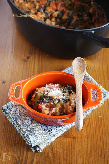 イタリア、トスカーナ地方の煮込み料理「リッボリータ」。黒キャベツは火を通すほど甘みが増します。そして、白インゲン豆も水煮缶を使うので思ったよりもとっても簡単に作れますよ。味付けも塩のみなので、野菜の持つ本来の味わいを楽しむことができます。黒キャベツが手に入った時に、本場イタリアの味を是非体験してみてくださいね。