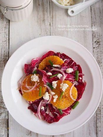 オレンジとトレビスの情熱的な色合いのとっても美しいサラダ。おもてなしにもピッタリで、食前酒にも合う大人なサラダです。
