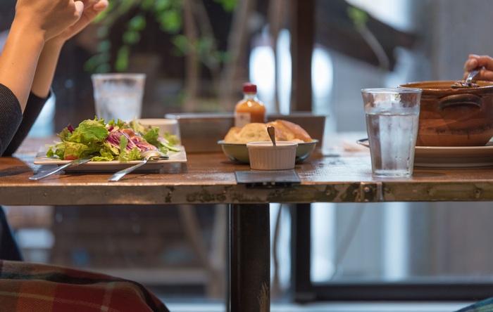 サラダランチは有機野菜をたっぷりいただくことができ、ボリューミーで大人気。自家製ドレッシングも優しい酸味が効いて野菜の甘さとマッチングしています。また、一緒に頂くパンも自社工場のもの。友達とランチをシェアしながらおしゃべりするのも楽しいですよね。至福の時間です。