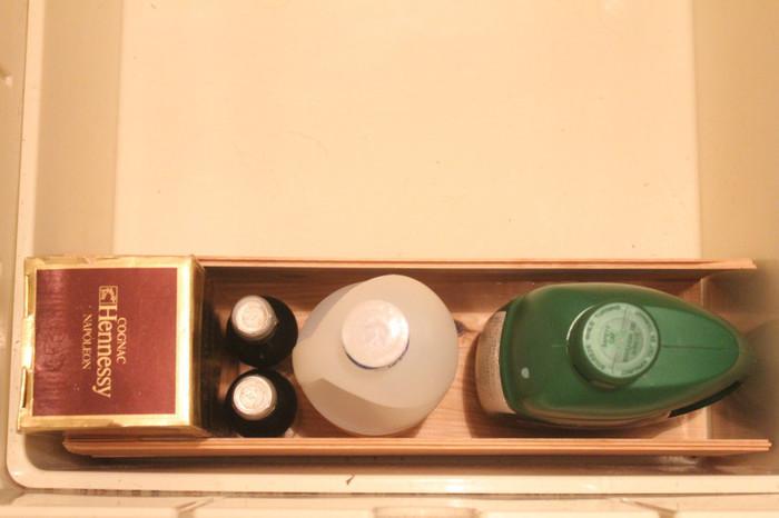 貴重なスペースの床下収納。ワイン木箱で仕切りを作って、効率的にしまっているようです。1本・2本用の木箱も仕切りとして役立ちそうですね。