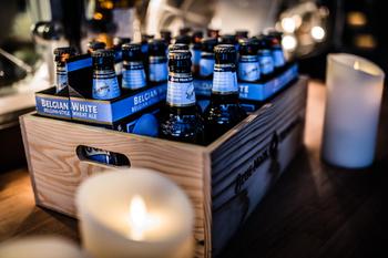 ワイン木箱にアルコール類やドリンク類をしまえば、実用的なだけでなく、とても素敵なディスプレイになります。パーティーのときには、そのままテーブルに出すのもおしゃれ。