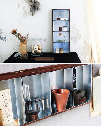 アンティークなワイン木箱に、昭和レトロなブリキ素材の入れ物をはめ込んで、こんな素敵な飾り棚に!サイドテーブルや出窓などでも、個性的な存在感を放ちそうですね。異素材の組み合わせは、とても遊び心に満ちて楽しいものです♪