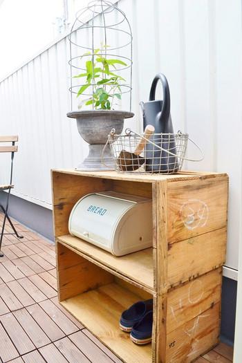 写真はりんご箱ですが、大きめのワイン木箱を重ねて、ガーデニング用品など散らかりやすいものを一気に収納するのも便利です。とくにナチュラルな雰囲気のガーデンスペースには、アンティークな木箱がとてもよく合います。