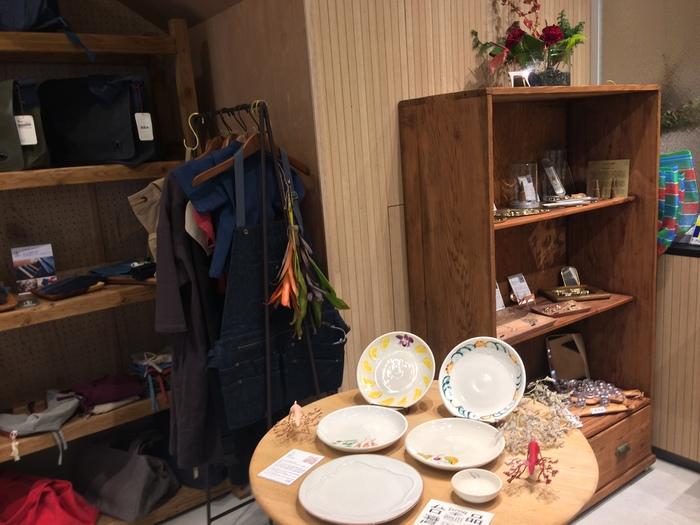 店内では、inBloom以外の台湾ブランドによるアクセサリー、ファッション、雑貨や食器なども取り揃えています。自然や動物をモチーフにしたものでも、どこか懐かしく感じるようなデザインがあったり…。普段目にする機会が少ない、今活躍している台湾人アーティストの作品を手に取ってみて♪