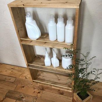 こちらは、天然木を使った水回りのラックですが、ワイン木箱を再利用して作ることもできます。洗面所の洗剤収納や、トイレ用品の収納、またランドリーラックとしていろいろ使い道があります。