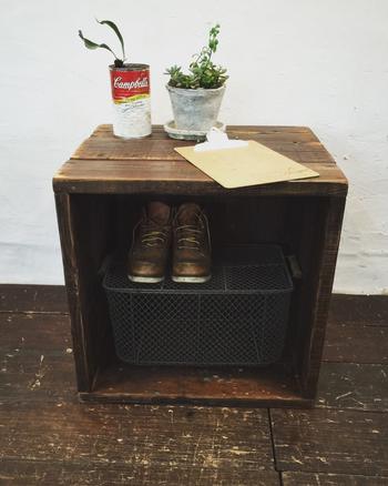 こちらは、アンティークの古材箱ですが、雰囲気のある古いワイン木箱を玄関先の靴入れなどに使うのも素敵。写真のようにカゴを中において、2段で使うこともできます。
