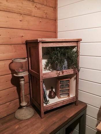 ワイン木箱は、そのまま置いても素敵な収納棚になりますが、加工することでさらにインテリア性が高まります。こちらは、ヴィンテージ感を演出した置き型シェルフ。大人の落ち着いたお部屋にもよくなじみます。