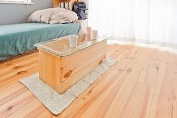 ワイン木箱は、ガラスなどの異素材の天板を組み合わせることで、とてもいい雰囲気のテーブルになります。木箱は上を向けて置いていますね。中に置いたおしゃれな小物などが透けて見えるのもいいかも。