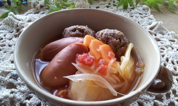 にんにくがいいアクセントになったミネストローネ風の肉団子スープ。ローリエを加えても◎