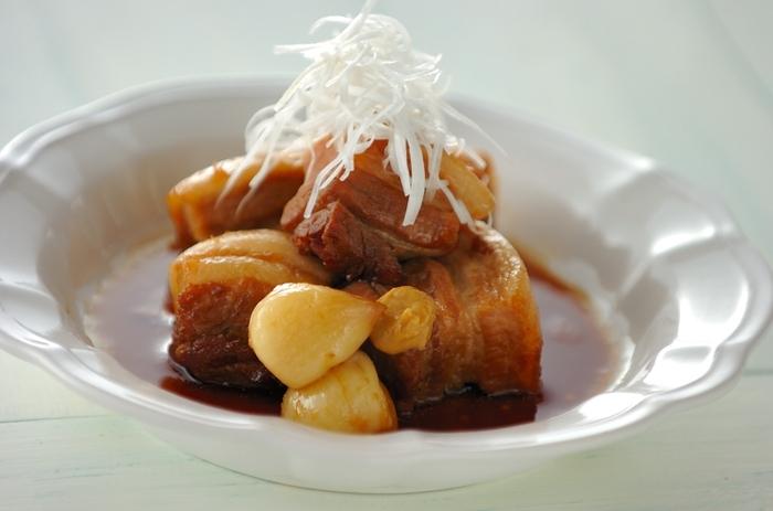 丸ごとニンニクがゴロっと入った、スタミナ満点の角煮。ゆで豚とはまた違った濃厚なおいしさを味わえます。 ニンニクはペースト状にして、肉につけて食べてもGOOD!